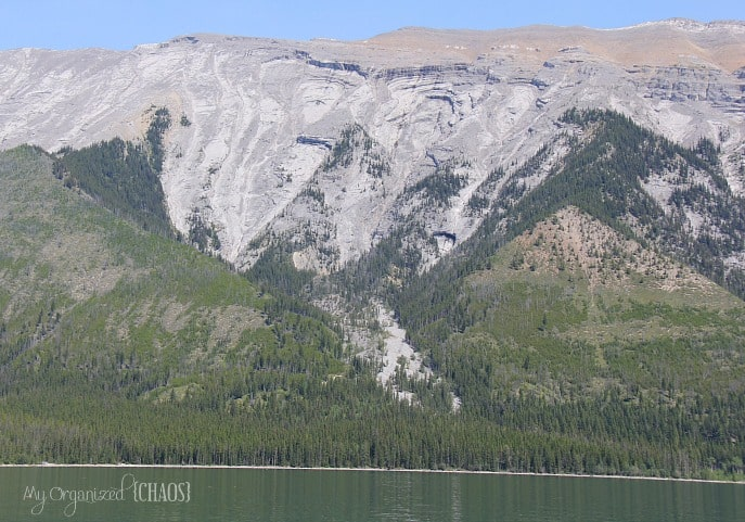 geology lake minnewanka face in mountain rocks